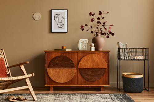 Drevená retro komoda v obývačke s béžovou stenou