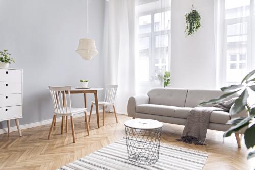Svetlá pohovka a jedálenský set v škandinávskom štýle