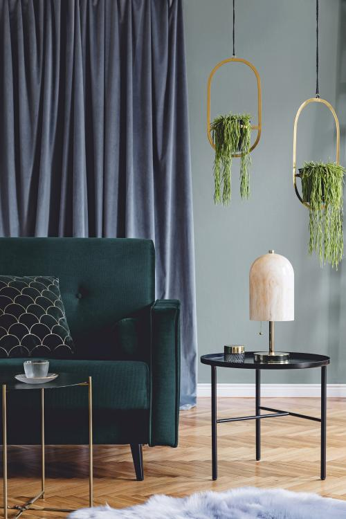 Zelená retro pohovka a okrúhle kovové stolíky
