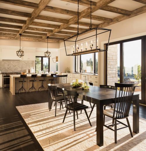 Drevený jedálenský stôl a stoličky v priestrannej jedálni