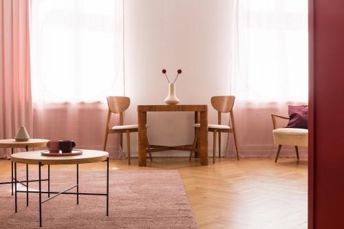 Sada stolíkov a jedálenský kút v obývačke v ružových tónoch