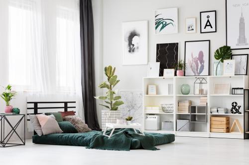 Japonská posteľ a biele police vo svetlej spálni