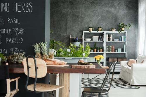 Drevený jedálenský stôl v industriálnom interiéri