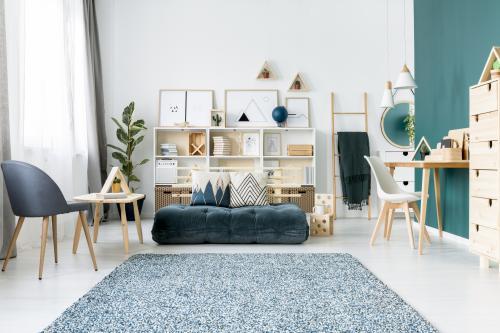 Svetlý drevený nábytok v obývačke s petrolejovou stenou