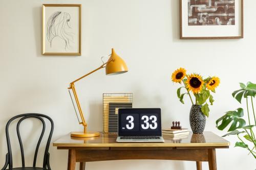 Drevený písací stôl a kovová stolová lampa v retro štýle