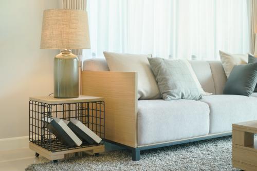 Výrazná stolová lampa a dizajnový odkladací stolík