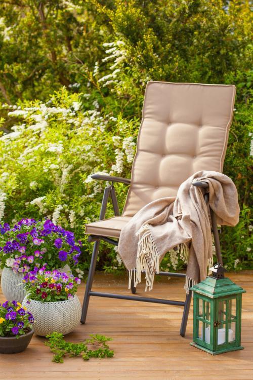 Skladacia záhradná stolička s podsedákom a dekoračný lampáš