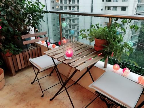 Skladací stolík a stoličky na malom balkóne