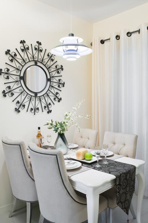 Čalúnené stoličky vo svetlej klasickej jedálni