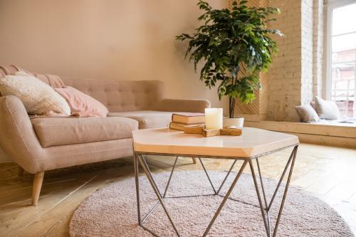 Béžová pohovka a dizajnový konferenčný stolík