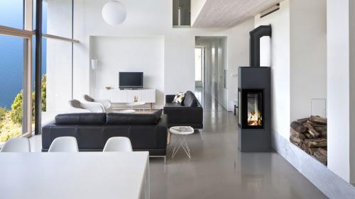 Minimalistická netradičná obývačka spojená s jedálňou