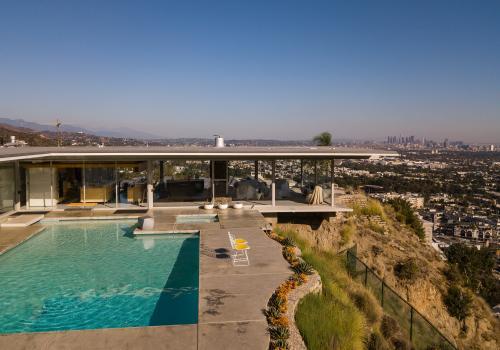 Vonkajší bazén v kultovej vile nad Los Angeles