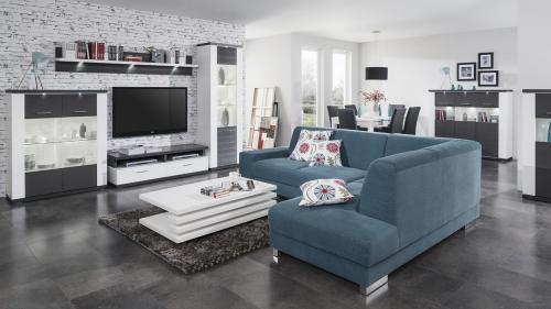 Moderná obývačka s jedálňou so sivobielym nábytkom