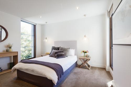 Manželská posteľ, sklápacie stolíky a závesné lampy