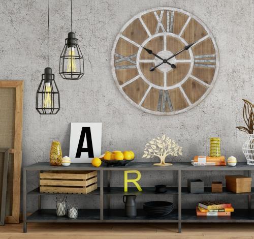 Veľké nástenné hodiny v kombinácii s industriálnym nábytkom