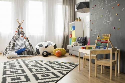 Detský stolík so stoličkami, teepee, sedací vak, puf a sivý gauč