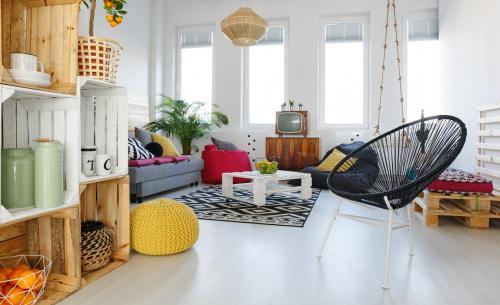 Biely paletový stolík, sedenie z paliet a poličky z drevených prepraviek
