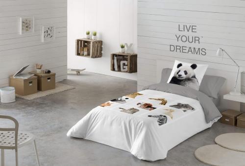 Minimalistická spálňa  v bielych a sivých farbách