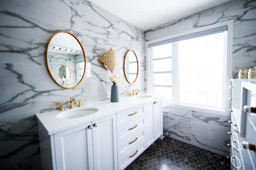 Klasický biely nábytok v luxusnej glamour kúpeľni