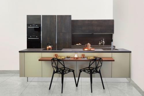 Dizajnové čierne stoličky v elegantnej minimalistickej kuchyni