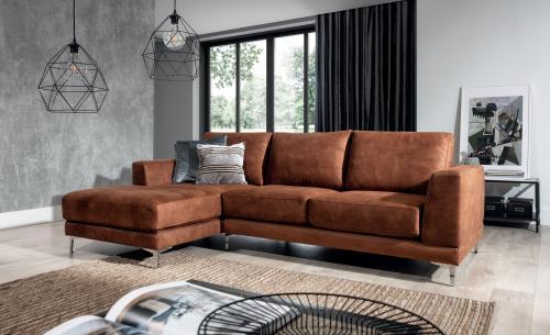 Obývacia izba s hnedou rohovou sedačkou a industriálnymi doplnkami