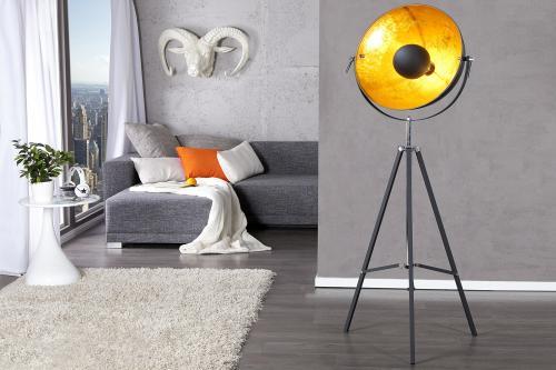 Stojaca lampa v industriálnom štýle ako doplnok do modernej obývačky