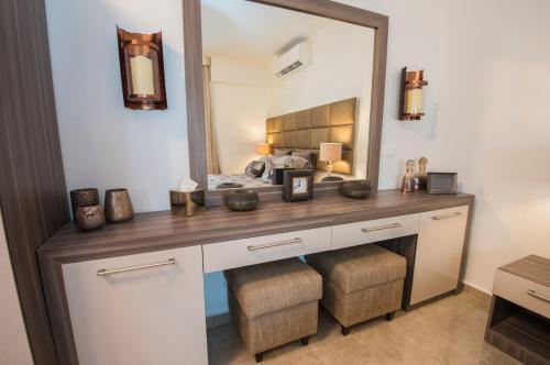 Toaletný stolík pre dvoch so skrinkami, šuplíkmi a veľkým zrkadlom
