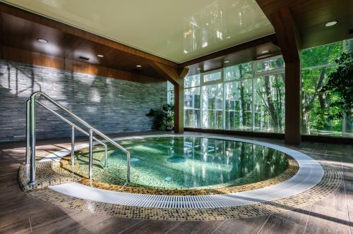 Okrúhly menší bazén s masážnymi tryskami
