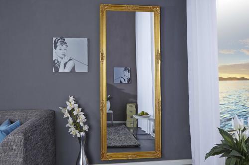 Obývačka so zlatým vintage zrkadlom