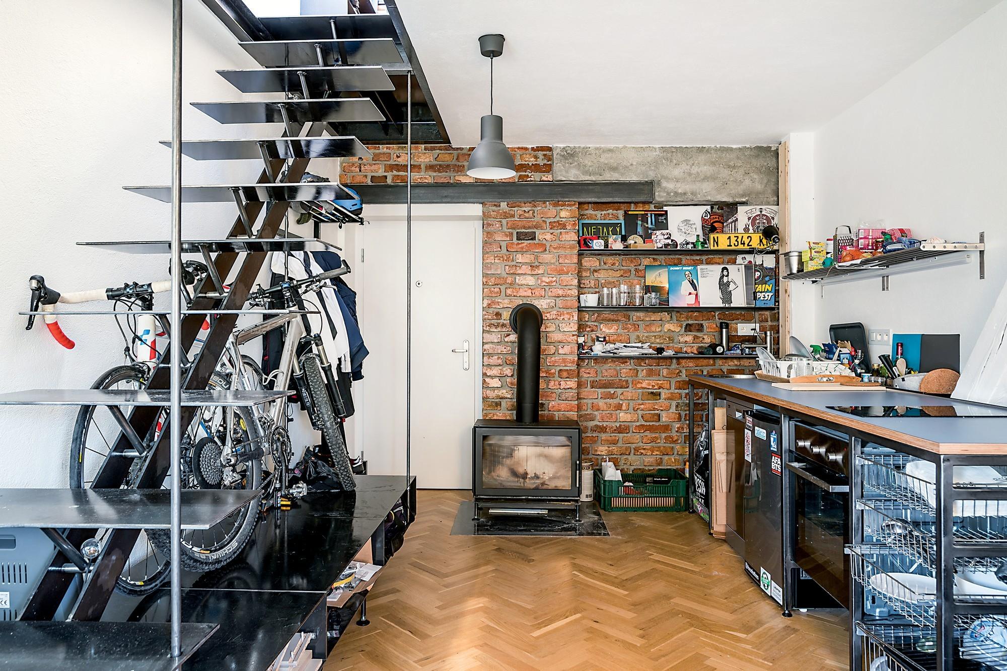 Kuchyňa v najmenšom z bytov s krbom