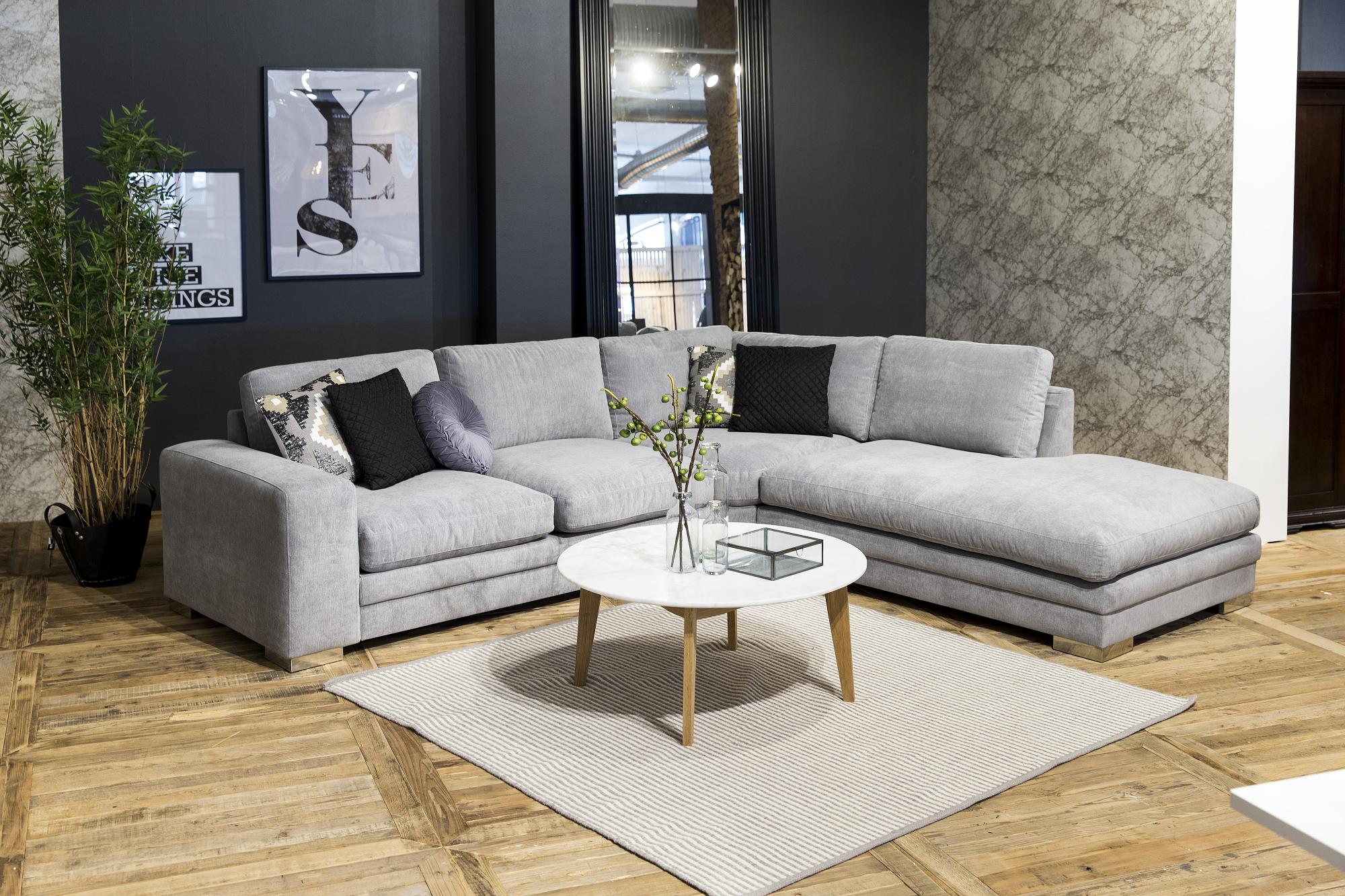 Asymetricky zariadená obývacia izba v kontrastných farbách