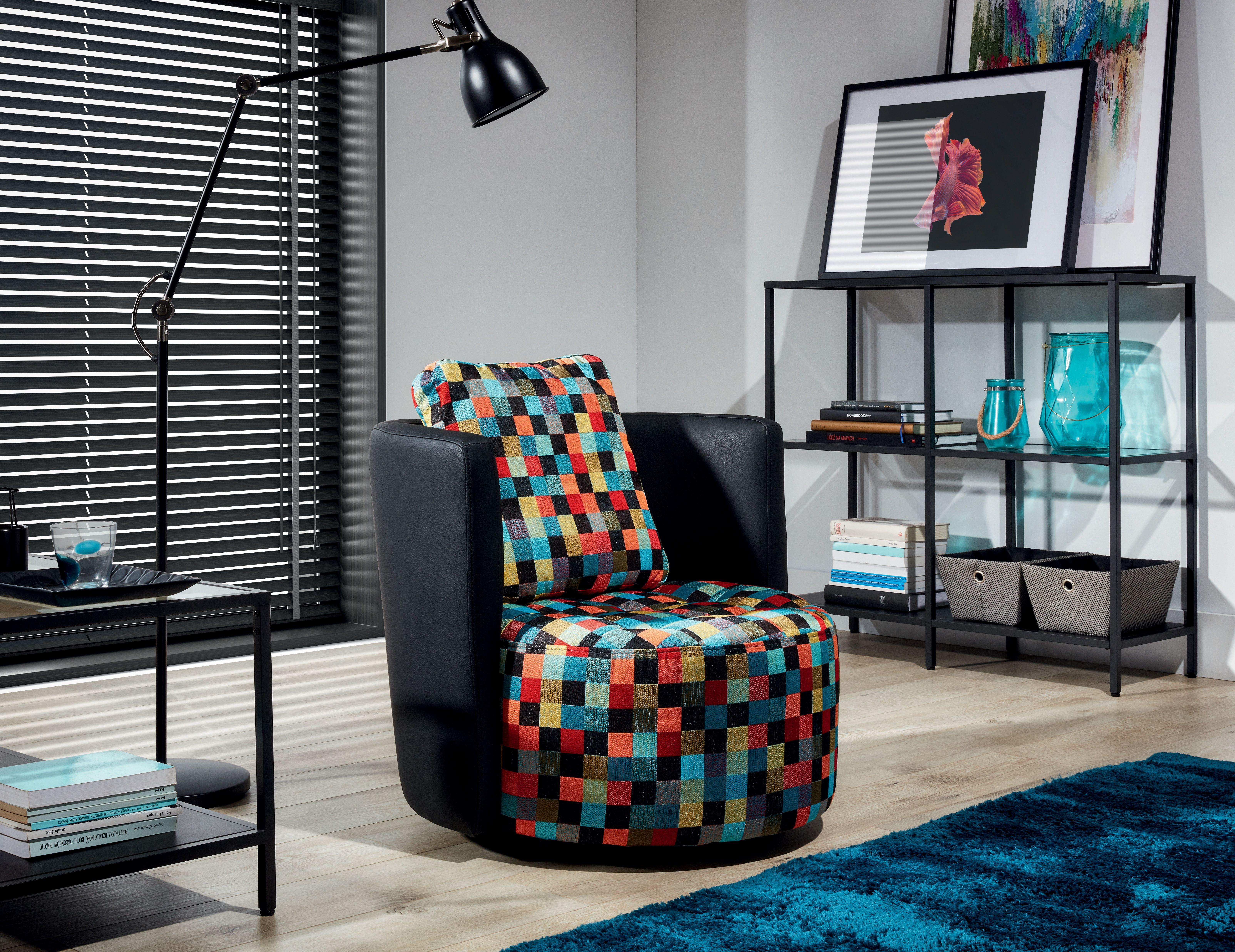 Obývacia izba s farebným kreslom