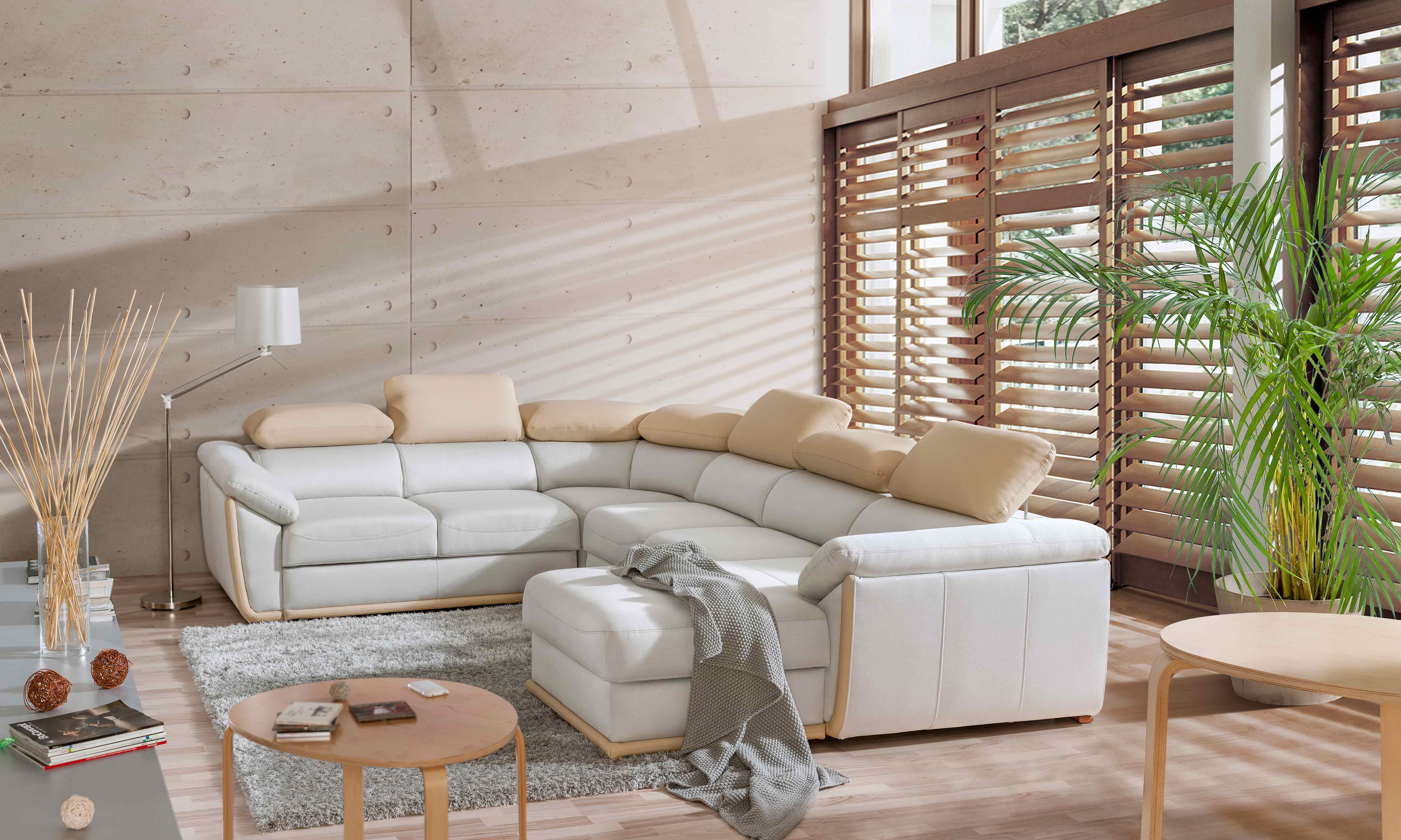 Obývačka s bielou sedacou súpravou do U s nastaviteľnými opierkami