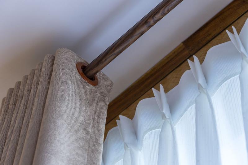 Záves na klasickej drevenej garniži