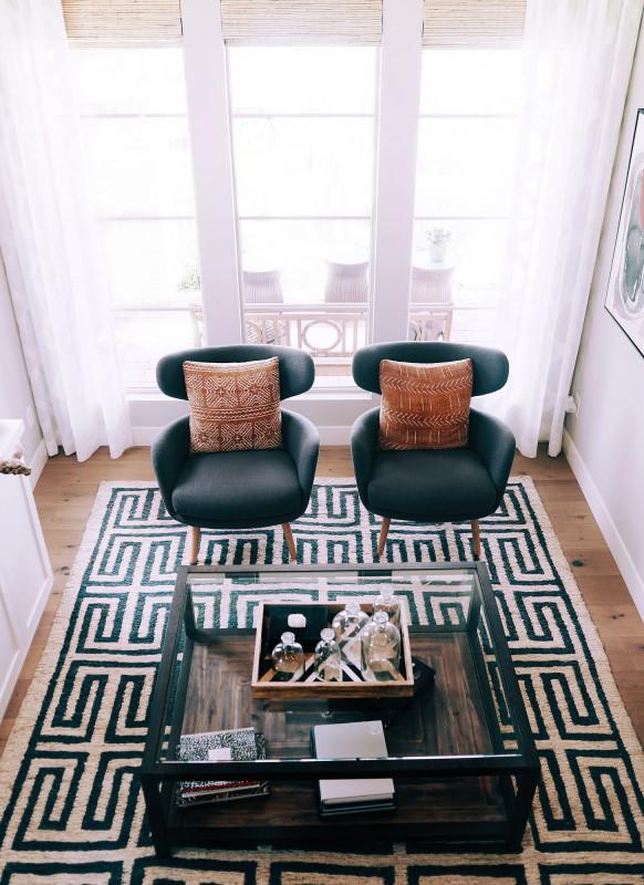Svetlá obývačka s prvkami boho štýlu