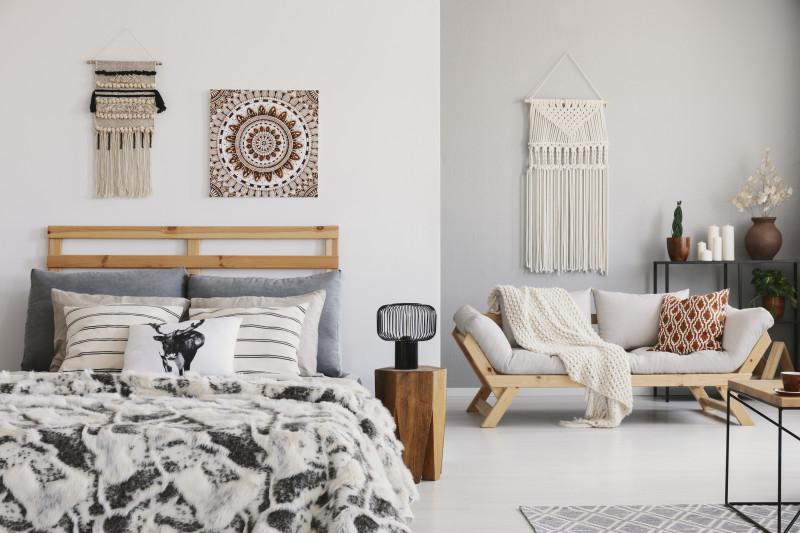 Manželská posteľ a prírodné dekorácie v bohémskom štýle