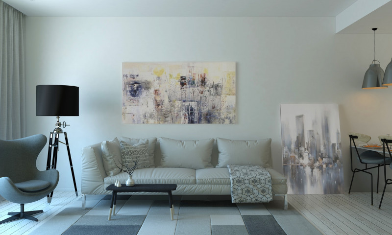 Obývačka s bielou pohovkou a modernými obrazmi