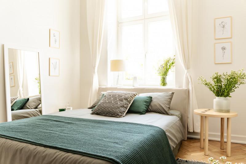 Manželská posteľ s ľanovými obliečkami vo svetlej spálni