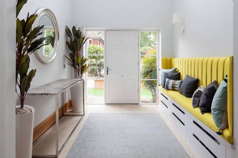Veľkorysá vstupná chodba so žltou lavicou