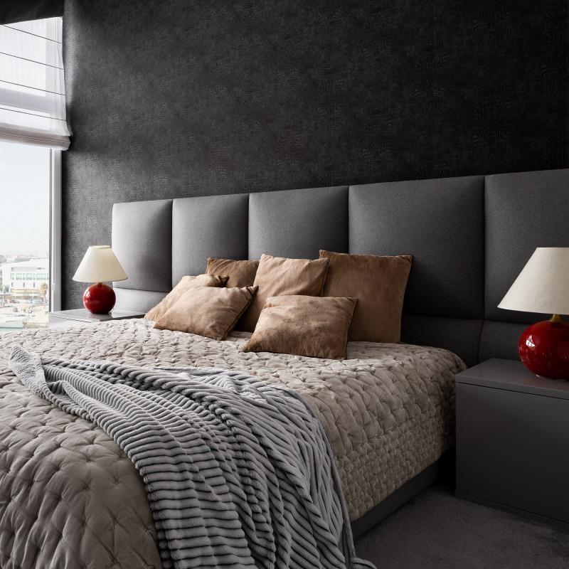 Veľká manželská posteľ s čalúneným čelom a dekoračnými vankúšmi