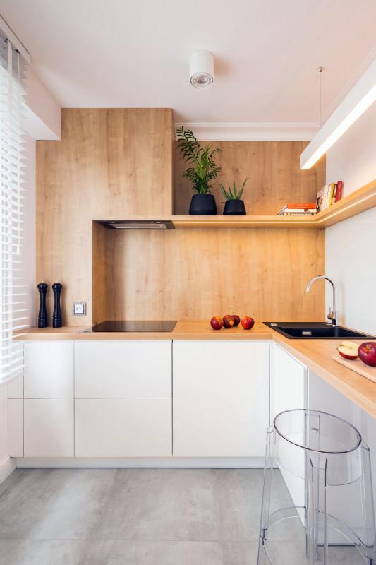 Priestorovo úsporná rohová kuchyňa s barovým sedením