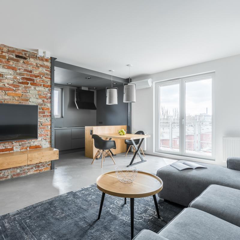 Otvorená obývačka s kuchyňou v industriálnom štýle