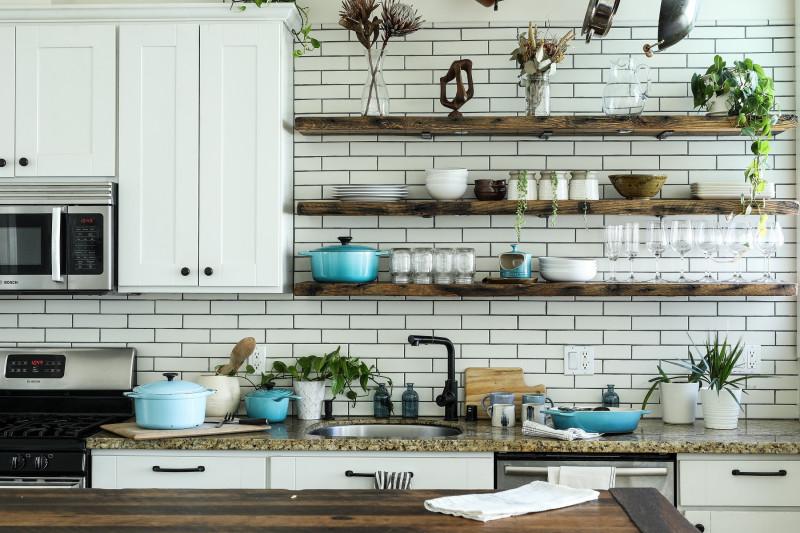 Biela kuchyňa v rustikálnom štýle
