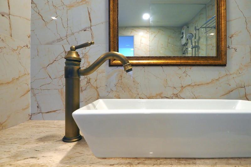 Vo vintage kúpeľni sa uplatnia moderné armatúry so starosvetským dizajnom