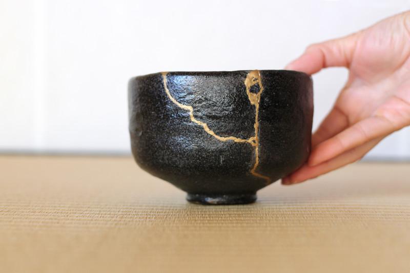 """Ukážka japonskej techniky Kintsugi (""""zlatý stolár"""") alebo aj Kintsukuroi (""""zlatý opravár"""") používanej na opravu rozbitej keramiky."""