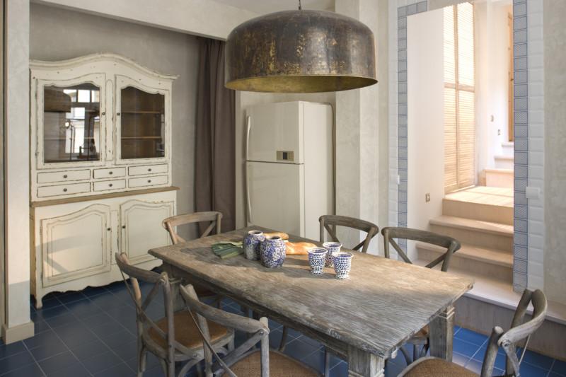Jedálenský stôl s patinou a drevený kredenc vo vintage štýle