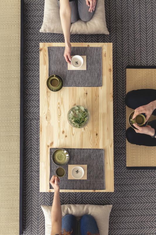 Nízky drevený stolík s doplnkami v japonskom štýle