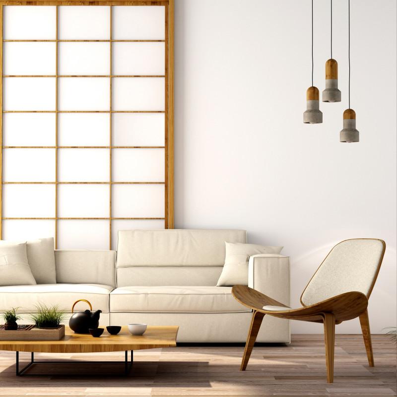 Biela látková pohovka a nízky konferenčný stolík v japonskom štýle