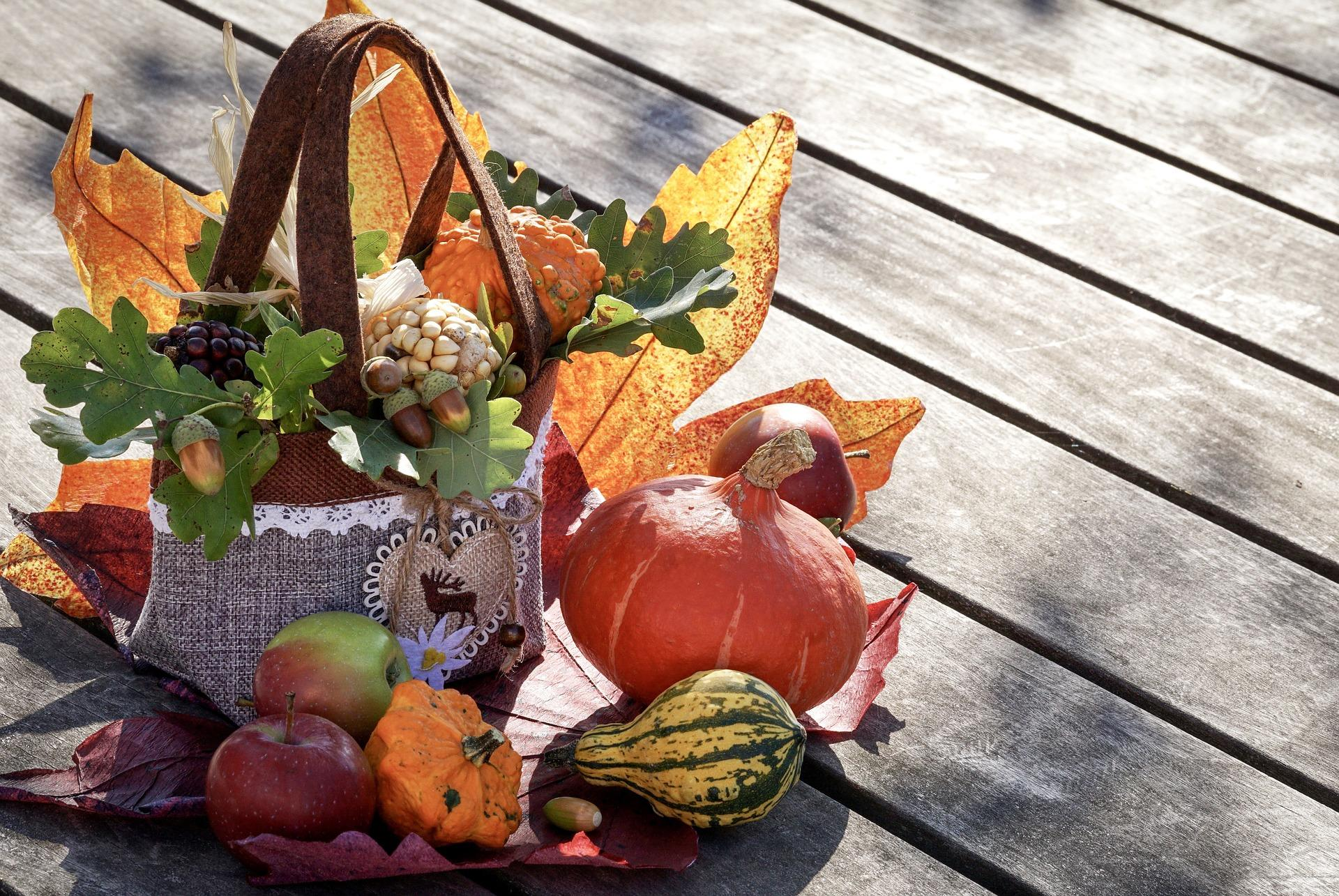Farebná jesenná dekorácia z prírodnín na terase