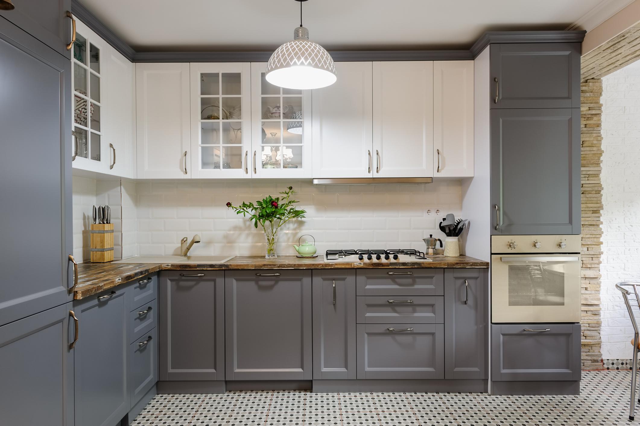 Kuchynská linka s profilovanými dvierkami v sivo bielej farebnosti